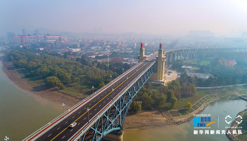 """航拍南京长江大桥以""""新生""""姿态重新亮相"""
