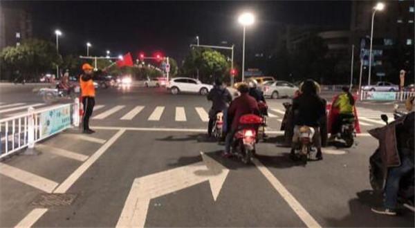 江苏泰州市公安局巡特警支队组织特勤队员进行交通文明劝导