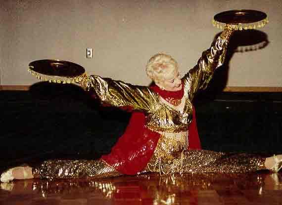 美86歲老太選美賽上表演劈叉奪冠