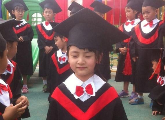 森碟幼儿园毕业 穿小小学士服可爱大方