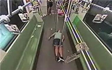 田亮/老外地铁晕倒乘客跑光:有人叫出事了 人瞬间跑光