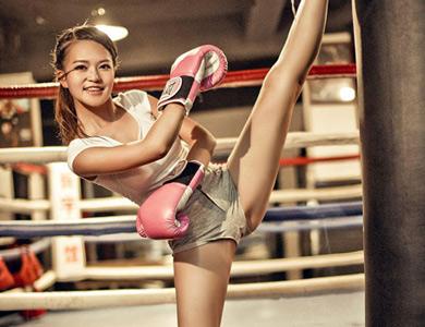 拳击美女主持人一字马写真
