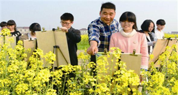 姜堰区张甸中学艺术班学生在油菜田里写生