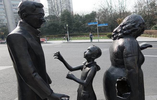 上海街頭雕塑破大窟窿 成行人垃圾箱