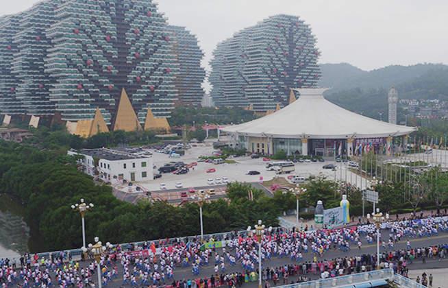 新華網航拍:俯瞰海南國際馬拉松萬人奔跑盛況