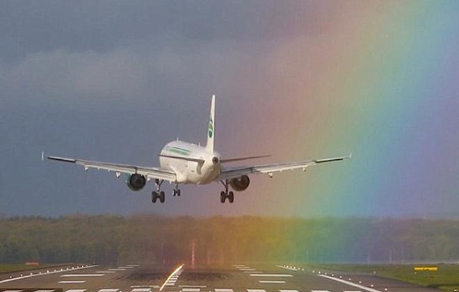 難得一見!客機降落跑道遇絢麗彩虹