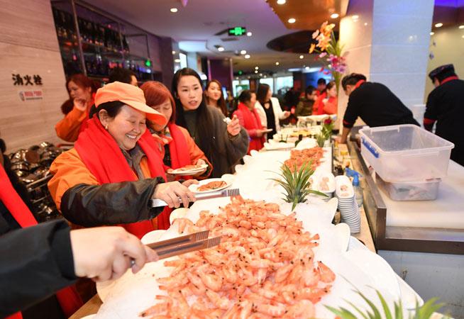 暖心!南京愛心志願者請環衛工吃年夜飯