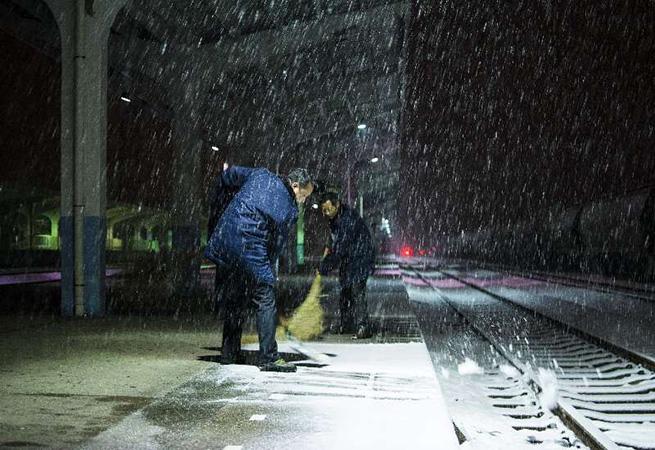 徐州普降中雪 鐵路局職工奮戰掃雪
