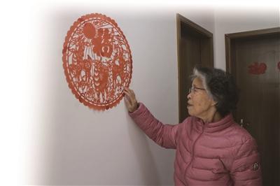 """81歲""""剪紙奶奶""""自學上網剪時尚窗花"""