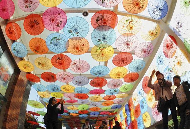 多彩油紙傘如花盛開