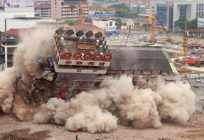 江蘇常州中聯大廈整體放倒拆除
