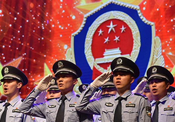 """灌云县公安局首届""""灌云卫士、模范警属、最美辅警""""揭晓晚会"""