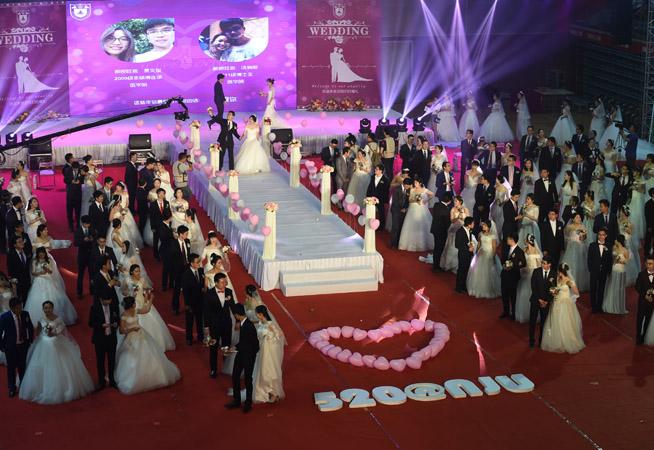 南京大學舉行115周年校慶校園集體婚禮