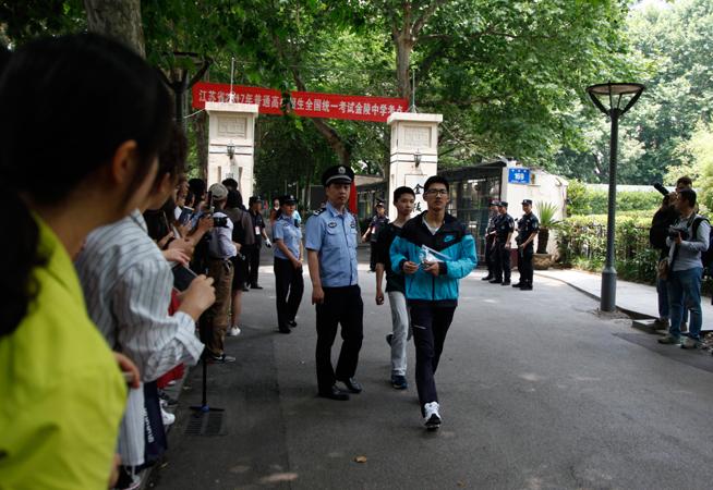 2017年高考拉開帷幕 江蘇33萬考生赴考