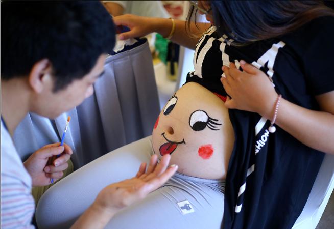 江蘇南通舉行孕婦肚皮彩繪秀