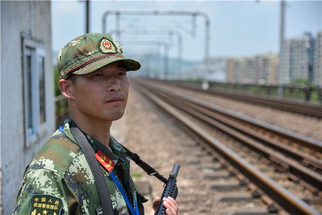 """60℃+!长江大桥""""守护神""""与疾驰列车作伴"""