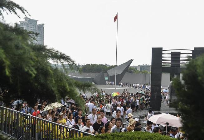 侵華日軍南京大屠殺遇難同胞紀念館迎來大批參觀者