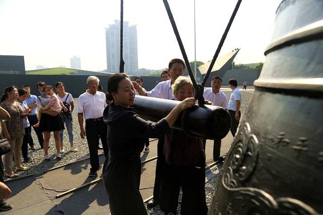南京江东门纪念馆撞响和平大钟 祈愿和平