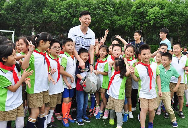 奧運冠軍仲滿走進南京建鄴實驗小學傳授劍術