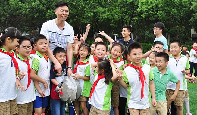 奥运冠军仲满走进南京建邺实验小学传授剑术