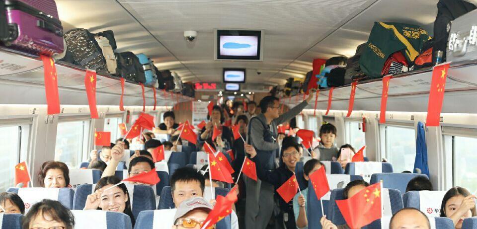 奔驰的高铁上,他们寄语抒发爱国激情