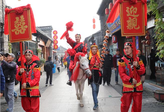 江苏扬州举行个园盐商体验式集体婚礼