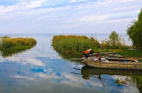 藍天與漁船(沈遙 攝)