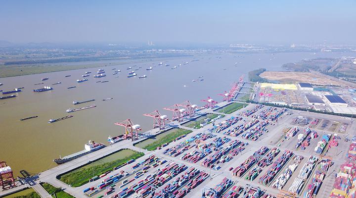 航拍:长江船来船往 南京龙潭港码头一派繁忙