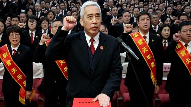 江苏省高院举行宪法宣誓活动