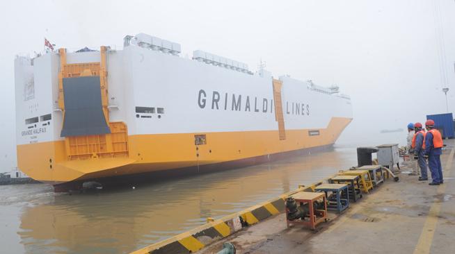 江苏扬州:载车6700辆滚装船交付船东