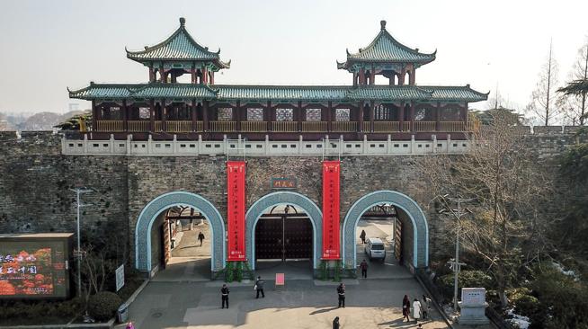 南京:城门挂春联 喜庆迎新春