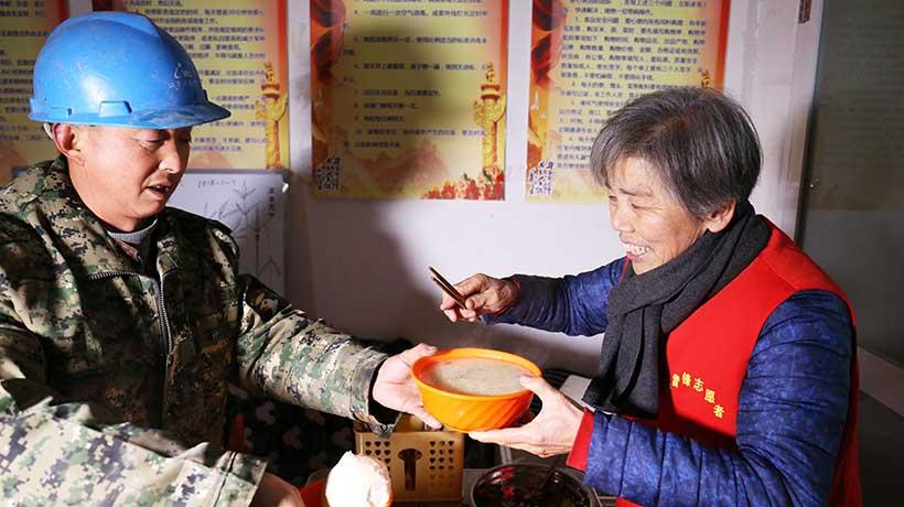 这一碗给环卫工的热粥,在隆冬里暖胃养心