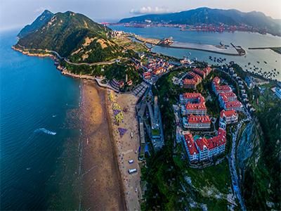 海滨旅游度假区位于黄海之滨海州湾畔的连岛,与连云港港口隔海相望