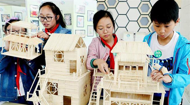 江苏苏州:青少年集体比拼创意设计