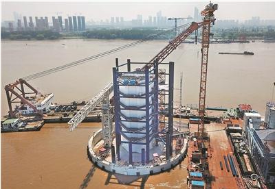 """南京长江五桥塔墩""""浮""""出江面 将于二〇二〇年底建成通车"""