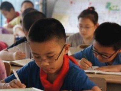 南京发放小学生近视防控手册 秦淮江宁两区试点校园灯光改造