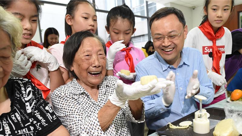南京:爱心人士与南京大屠杀幸存者共迎中秋
