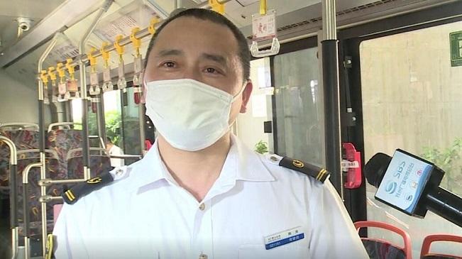 """救護車被堵 公交司機35秒打開""""生命通道"""""""