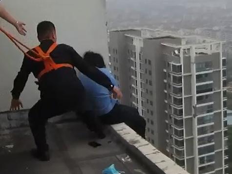 視頻 民警警繩係腰 33層樓頂死死抱住輕生女子