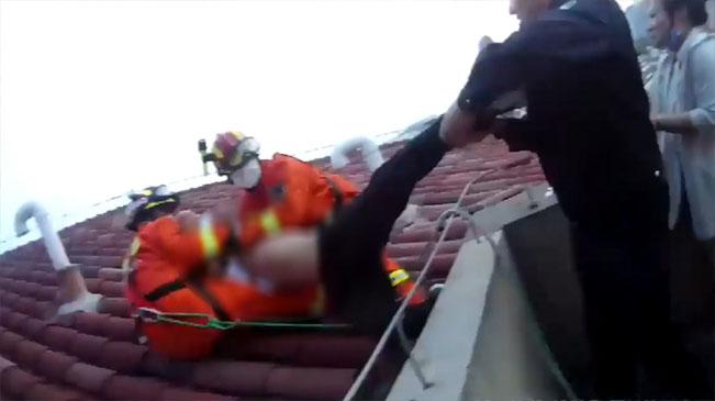 醉酒男子爬上樓頂吹風,消防小哥飛身撲救!