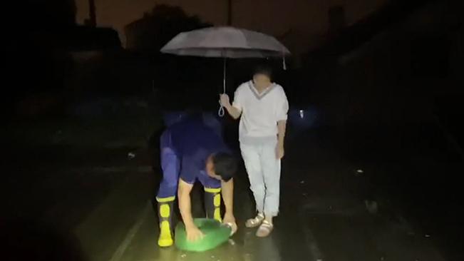 """女孩冒雨為消防員撐傘,""""你為我滅火,我為你擋雨!"""""""