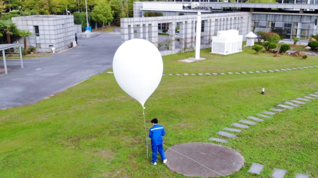 百年氣象站裏放氣球的年輕人