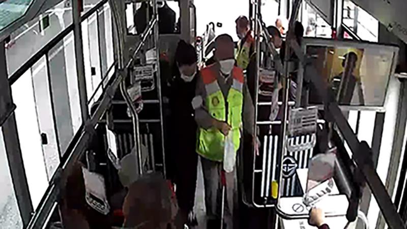 我是你的眼!8名盲人乘公交,駕駛員暖心護送