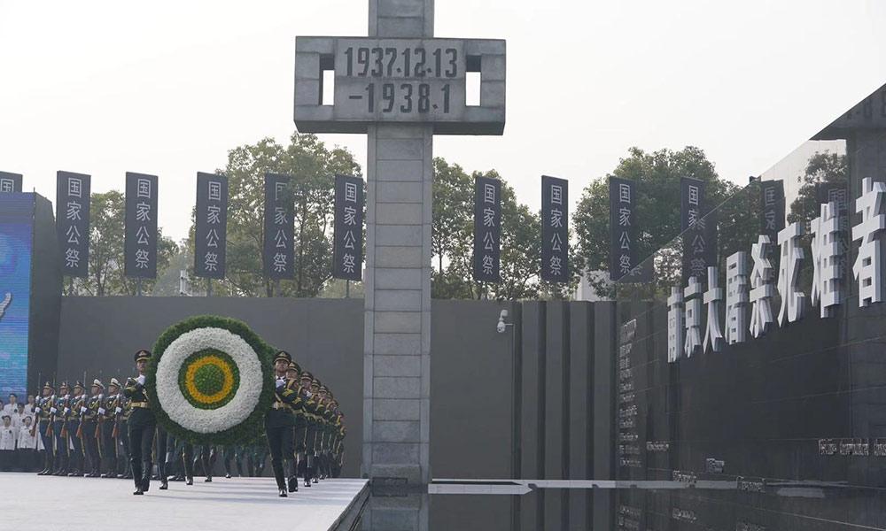 向南京大屠杀死难者敬献花圈