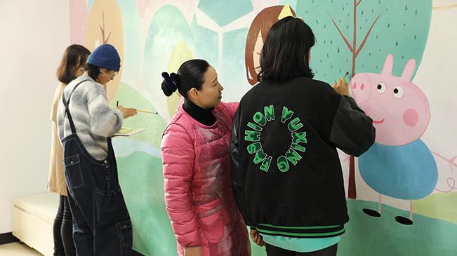 春意盎然!百名大學生為殘疾孩子手繪臥室