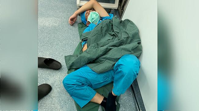 兒科醫生16小時2臺手術後倒地睡著了