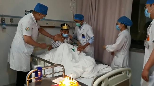 醫護人員為35歲患者過第一個生日