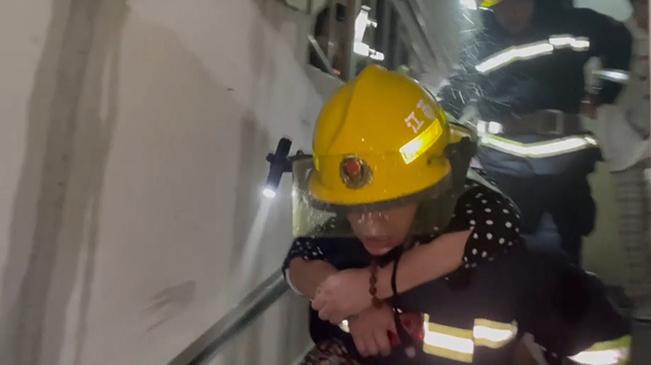 硬核!消防員18樓火場背下150斤老人後累癱
