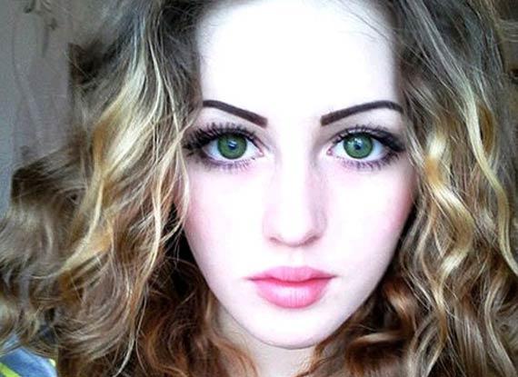 美女; 俄17岁瓷娃娃脸肌肉女爆红网络